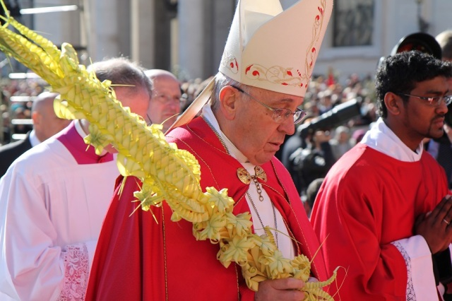 Pope_Francis_leads_procession_of_palms_in_St_Peters_Square_on_Palm_Sunday_March_29_2015_Credit_Bohumil_Petrik_CNA