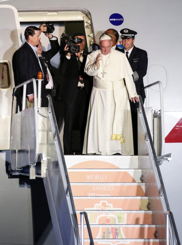 Pope Francis waves from the steps as he boards an American Airlines jetliner at Philadelphia International Airport Sept. 27 for his return to Rome following a six-day apostolic visit to the U.S. (CNS photo/Gregory A. Shemitz) See POPE-VOLUNTEERS-FAREWELL Sept. 28, 2015.